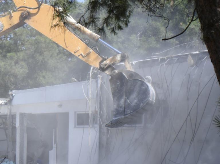 Γκρέμισαν αυθαίρετο σε δάσος στην Παλαιά Φώκαια – Αύριο παίρνει σειρά η Μάνδρα | Newsit.gr