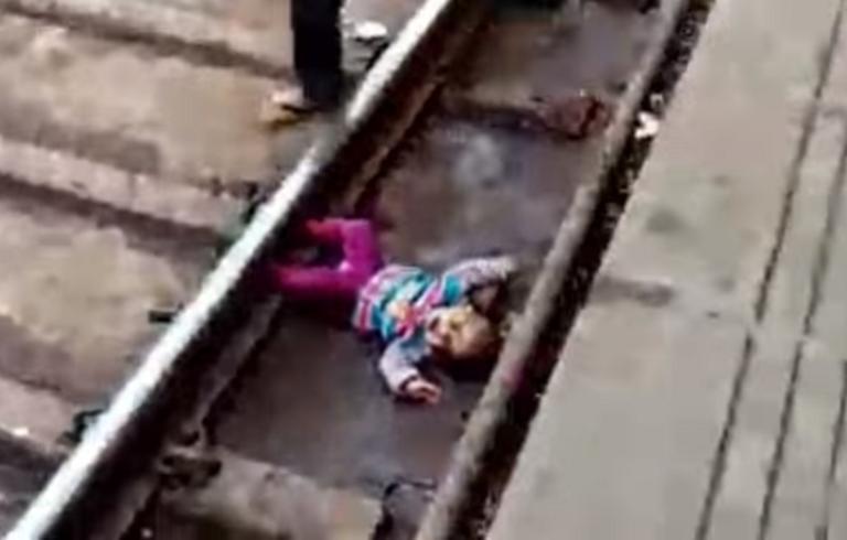 Ινδία: Σοκ! Τραίνο περνά πάνω από μωρό που έπεσε στις ράγες! video