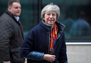 Brexit: Παίζει το χαρτί των… διλημμάτων η Μέι