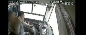 Ο οδηγός τσακώθηκε με επιβάτη και το λεωφορείο έπεσε από γέφυρα! 15 νεκροί
