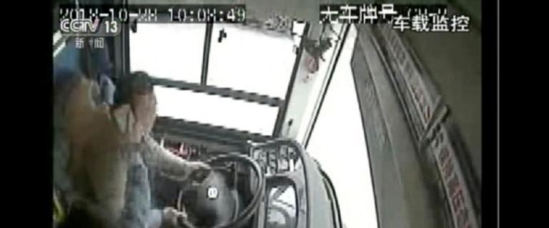 Ο οδηγός τσακώθηκε με επιβάτη και το λεωφορείο έπεσε από γέφυρα! 15 νεκροί | Newsit.gr