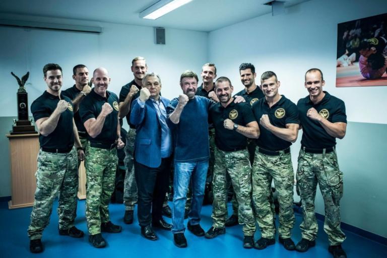 Όταν ο Τσακ Νόρις συνάντησε τον Βίκτορ Όρμπαν! [video] | Newsit.gr