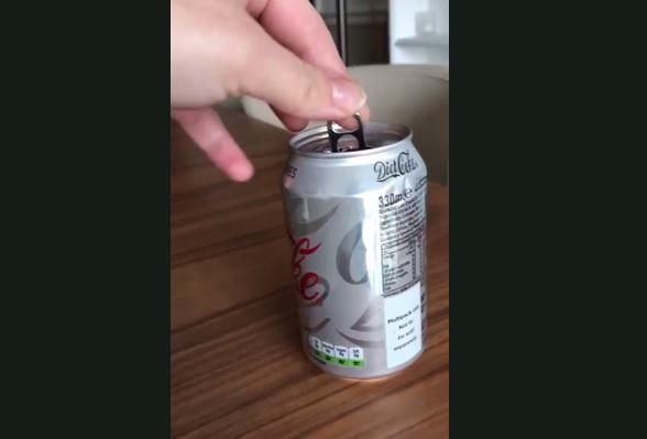 Ένα άδειο κουτάκι κόκα κόλα μπορεί να της… φουσκώσει την τσέπη με 20.000 δολάρια! – video | Newsit.gr
