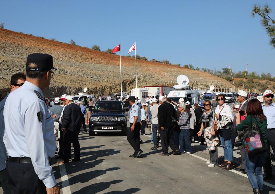 Κύπρος: Ιστορικές στιγμές – Άνοιξε το οδόφραγμα της Δερύνειας μετά από 44 χρόνια (pics, vids)
