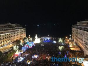 Ο δήμαρχος Μπουτάρης άναψε το χριστουγεννιάτικο δέντρο στην Πλατεία Αριστοτέλους