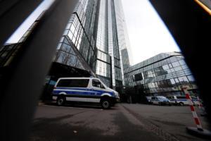 Έφοδος της αστυνομίας στα γραφεία της Deutsche Bank στη Φρανκφούρτη!