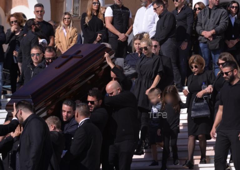 Το τελευταίο αντίο στον Γιάννη Μακρή: Υποβασταζόμενη η Βικτώρια Καρύδα στην εκκλησία | Newsit.gr
