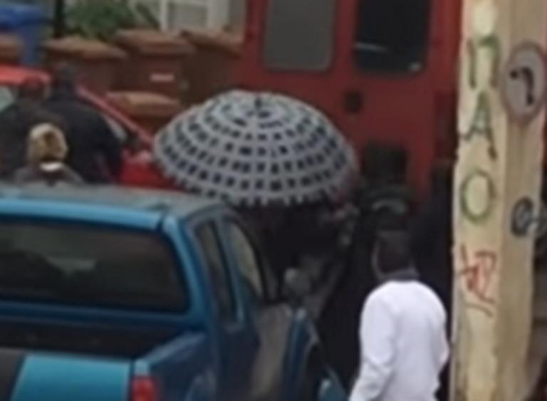 Σπάρτη: Εικόνες ντροπής με γροθιές και απειλές σε διανομή τροφίμων – Τον έβαλαν στη μέση – video