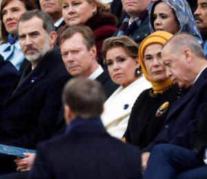 Ύπνε που παίρνεις τον Ερντογάν έλα πάρε κι εμένα – Πάλι κοιμήθηκε σε δημόσιο χώρο [video]