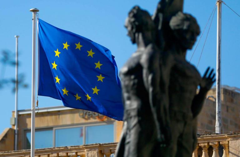Politico: Σήμερα η Αθήνα θα πάρει δώρο από την Κομισιόν