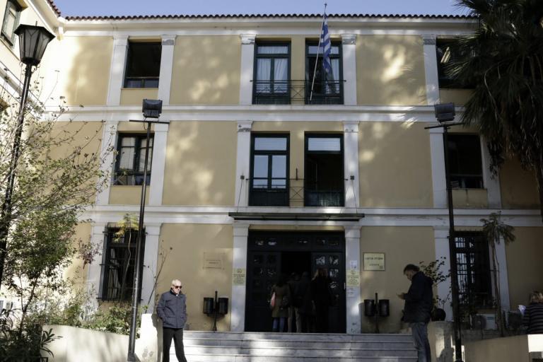 Απίστευτο! Γνωστός θεατρικός συγγραφέας… δάγκωσε αστυνομικό στην Ευελπίδων! | Newsit.gr