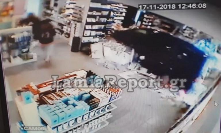 Λαμία: «Νόμιζα πως ήταν βόμβα» – Κόβει την ανάσα η περιγραφή για την εισβολή αυτοκινήτου σε φαρμακείο – video | Newsit.gr