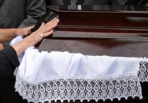 Ηράκλειο: Πήγαν στην κηδεία αλλά ο νεκρός δεν ήταν εκεί – Το μπέρδεμα και οι απίθανες καταστάσεις!