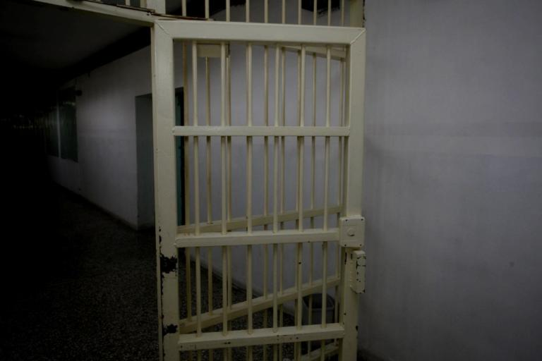 Τρίκαλα: Το παντελόνι 4χρονου παιδιού έκρυβε το ένοχο μυστικό της μάνας – Χαμός στις φυλακές της πόλης! | Newsit.gr