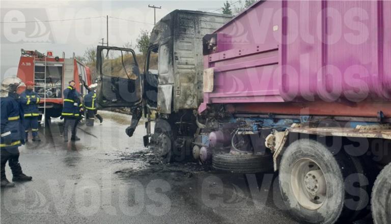 Βόλος: Το φορτηγό έπιασε φωτιά στη μέση του δρόμου – Οι εικόνες μετά τον εφιάλτη του οδηγού [pics]