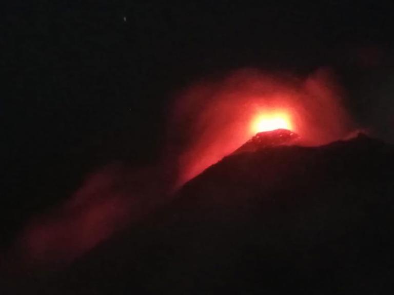 Το Φουέγο «βρυχάται» ξανά! Συνεχείς εκρήξεις και τέφρα παντού – video