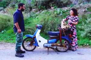 Χανιά: Το πρόβλημα στο μηχανάκι έφερε μπροστά της τον άντρα της ζωής της – Η γνωριμία και ο γάμος – video