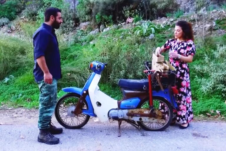 Χανιά: Το πρόβλημα στο μηχανάκι έφερε μπροστά της τον άντρα της ζωής της – Η γνωριμία και ο γάμος – video   Newsit.gr