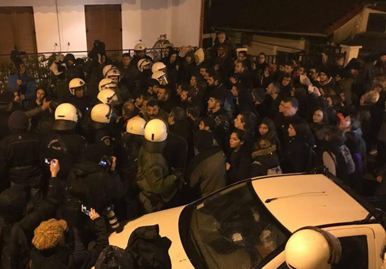 Θεσσαλονίκη: Ένταση και χημικά εναντίον φοιτητών σε εκδήλωση που συμμετέχει ο Γαβρόγλου – video | Newsit.gr