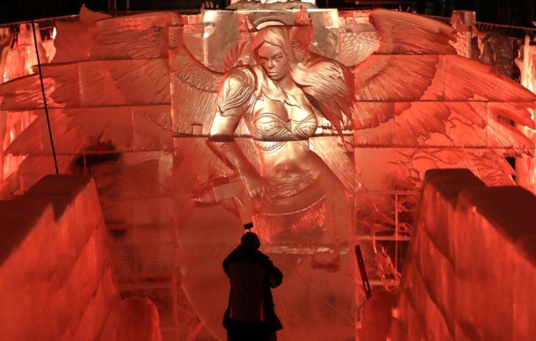 Δέος! Τεράστια γλυπτά από πάγο παίρνουν ζωή! [pics]