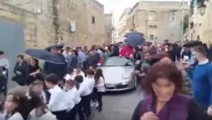 Ιερέας έβαλε παιδιά να τραβάνε με σχοινιά την… Πόρσε του! – video