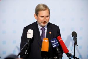 Γιοχάνες Χαν: Πιο τίμιο να σταματήσουν οι ενταξιακές διαπραγματεύσεις με την Τουρκία