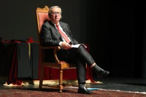 Γιούνκερ: Θα ήταν αυτοκτονία η αποχώρηση της Ιταλίας από την Ευρωζώνη