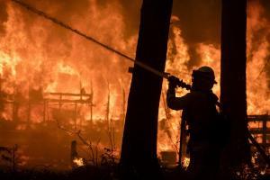 """Φωτιά στην Καλιφόρνια: Βιβλική καταστροφή! 9 νεκροί και χιλιάδες σπίτια """"στάχτη"""" από την άνιση μάχη με τις φλόγες!"""