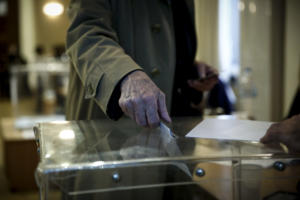 Δημοσκόπηση: Παγιωμένη η διαφορά ΝΔ – ΣΥΡΙΖΑ – Ανεπαρκής η Πολιτεία στην αντιμετώπιση της ανομίας