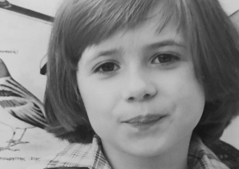Το χαριτωμένο κοριτσάκι της φωτογραφίας σήμερα είναι παρουσιάστρια στην ελληνική τηλεόραση! | Newsit.gr