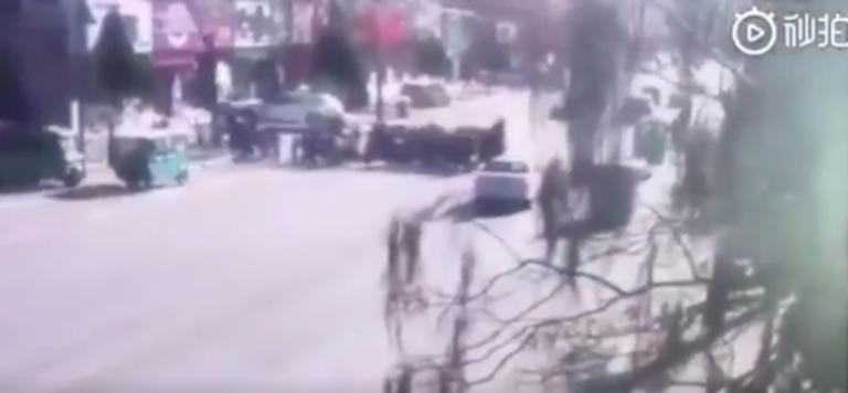Η στιγμή που αυτοκίνητο πέφτει πάνω σε μαθητές στην Κίνα! Video ντοκουμέντο!