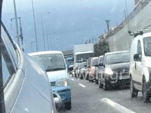 «Κόλαση» στους δρόμους λόγω βροχής! Κίνηση παντού