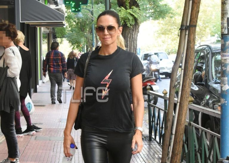 Έλλη Κοκκίνου: Με casual look στο Κολωνάκι μαζί με την γοητευτική μητέρα της! | Newsit.gr