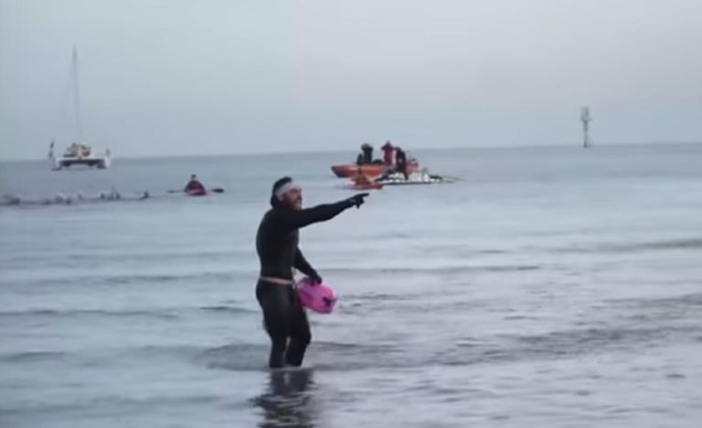 Απίστευτος! Έκανε τον γύρο της Βρετανίας κολυμπώντας! Πόσες μέρες έκανε! | Newsit.gr