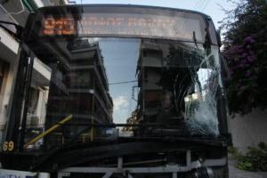 Θεσσαλονίκη: Λεωφορείο έπεσε πάνω σε παρκαρισμένα αυτοκίνητα – Κατέρρευσε στο τιμόνι ο οδηγός του!