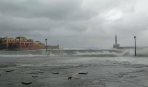 Χανιά: Κύματα «καταπίνουν» το λιμάνι – video