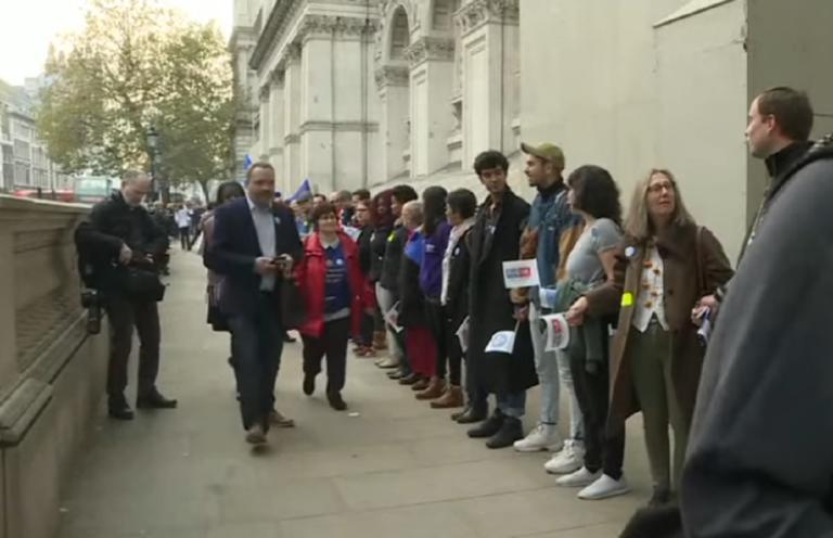 Brexit: Ανθρώπινη αλυσίδα στο Λονδίνο για τα δικαιώματα Βρετανών και Ευρωπαίων μετά την έξοδο | Newsit.gr