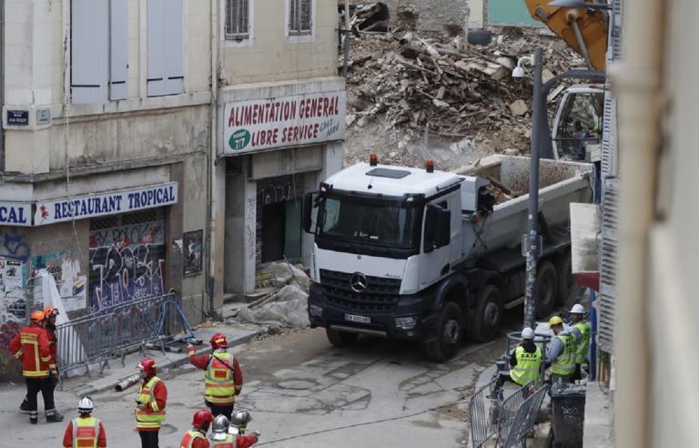 Νέα κατάρρευση στη Μασσαλία! Τρια άτομα έπεσαν μαζί με το μπαλκόνι στο κενό! | Newsit.gr