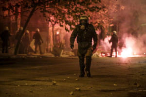 Πολεμικό τοπίο στο κέντρο της Αθήνας μετά την πορεία για το Πολυτεχνείο [pics]