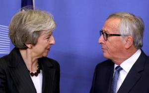 «Ο δρόμος… ανοιχτός για το Brexit», διαμηνύει ο Γιούνκερ στη Βρετανία