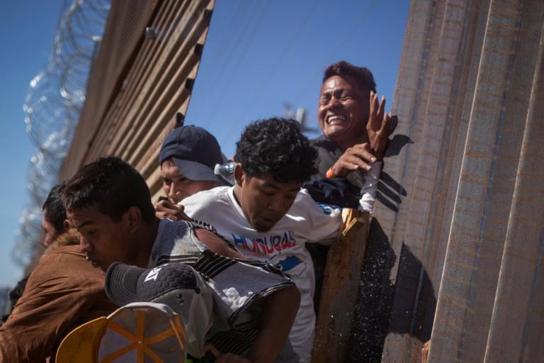 ΗΠΑ: Συγκλονιστικές εικόνες – Μπαράζ συλλήψεων στα σύνορα με το Μεξικό! video, pics | Newsit.gr