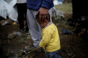 Guardian: Μετά τα ποντίκια και τα φίδια, ο χειμώνας απειλεί τους μετανάστες στην Ελλάδα