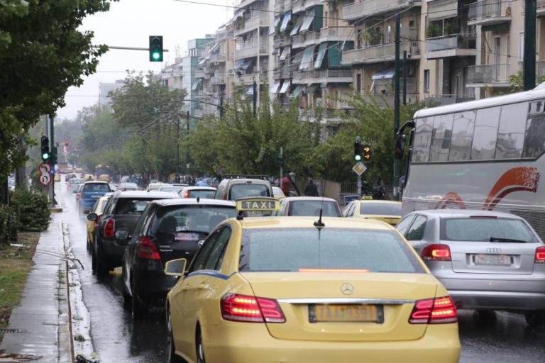 Σταματημένα όλα μπροστά στο Καλλιμάρμαρο! Χύθηκαν λάδια στο δρόμο | Newsit.gr