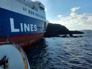 """Σαντορίνη: Αποκολλήθηκε το φορτηγό πλοίο """"Νέαρχος"""" – Είχε προσαράξει στη Νέα Καμένη πριν από 16 μέρες [pics, video]"""