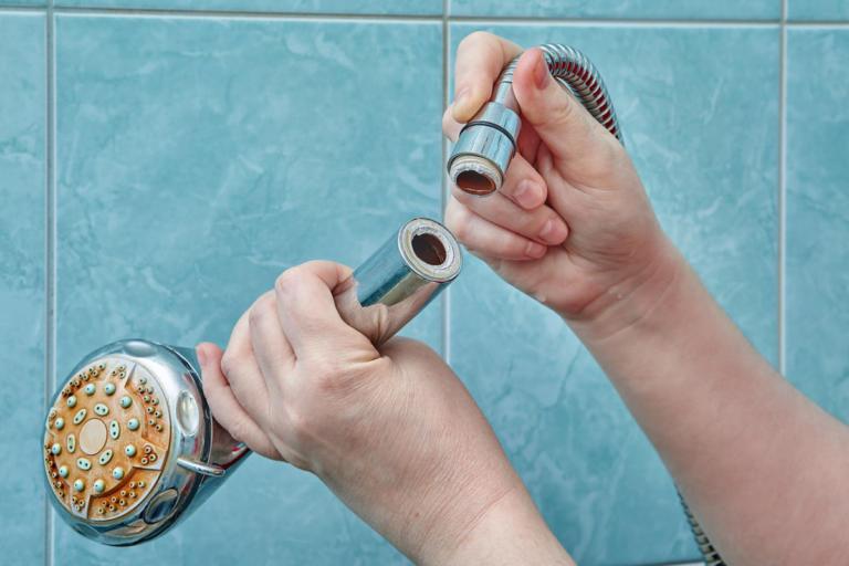 Κίνδυνος σοβαρών πνευμονικών λοιμώξεων αν το τηλέφωνο του ντους είναι έτσι…! | Newsit.gr