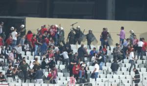 Άγριες συμπλοκές οπαδών του Ολυμπιακού με αστυνομικούς στην Πάτρα
