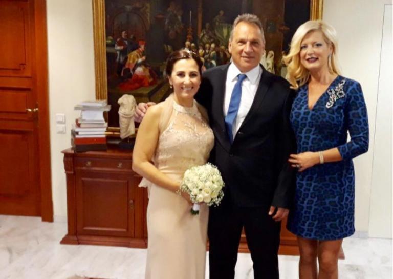 Μαρίνα Πατούλη: Από τα μπουζούκια στο Δημαρχείο για να παντρέψει φιλικό της ζευγάρι! [pics] | Newsit.gr
