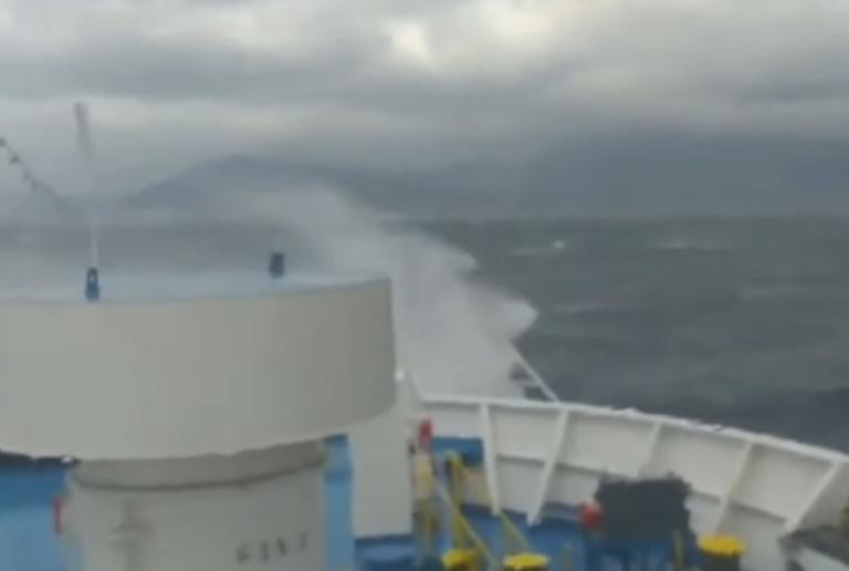 """Τα κύματα """"καταπίνουν πλοίο στις Κυκλάδες – video   Newsit.gr"""