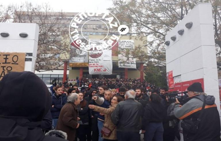 Θεσσαλονίκη: Φωνές και σπρωξίματα στην κατάθεση στεφάνων για το Πολυτεχνείο – Video | Newsit.gr