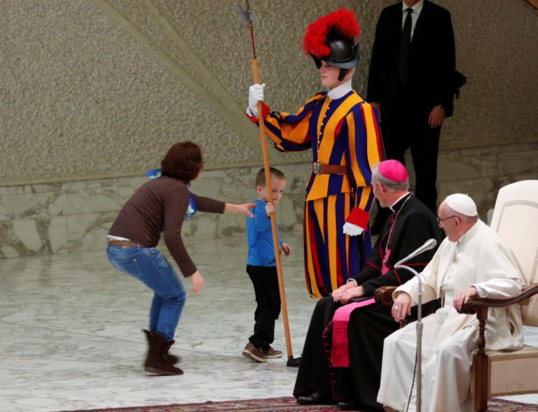 Ο πιτσιρικάς που έκανε άνω – κάτω το Βατικανό και η αντίδραση του Πάπα Φραγκίσκου! [pics] | Newsit.gr